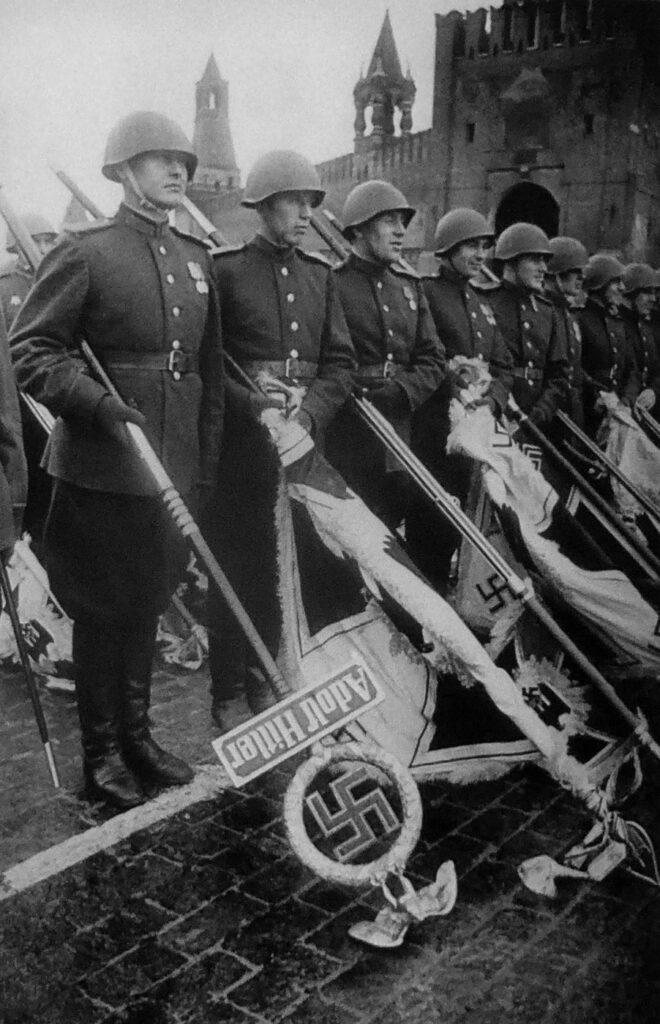 Красноармейцы перед бросанием поверженных штандартов
